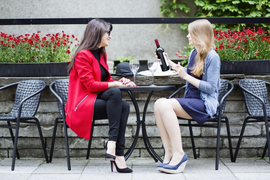 to piger drikke vin på cafe